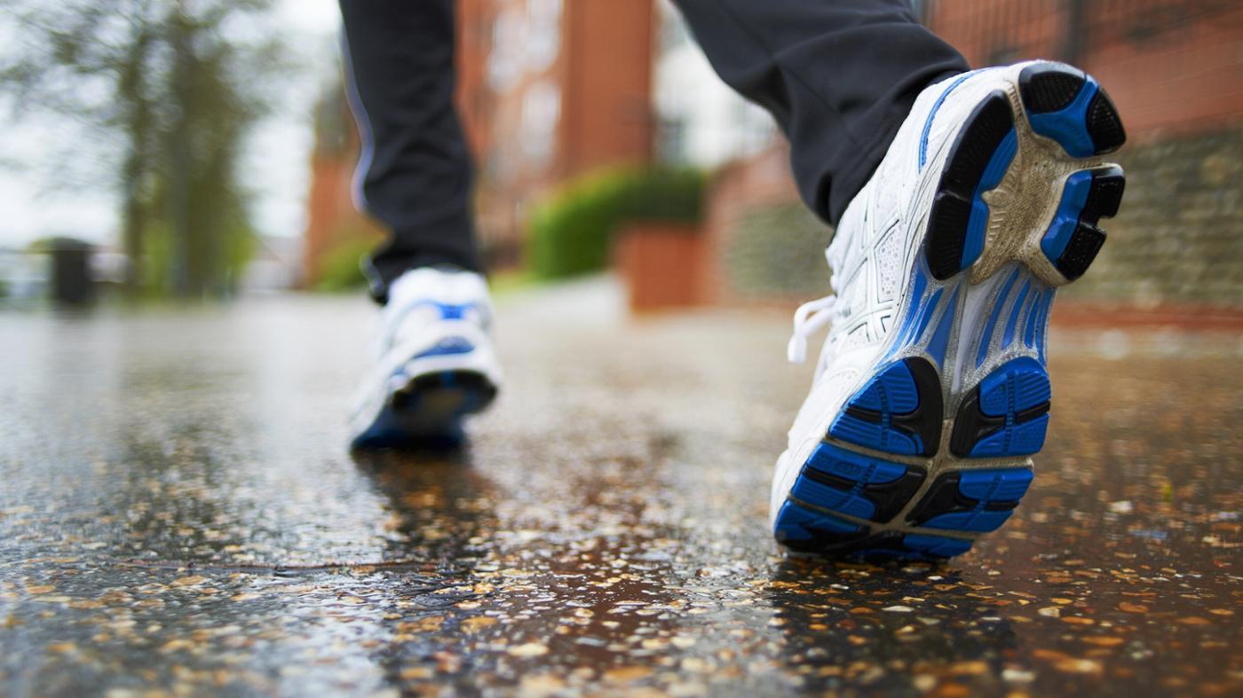 أفضل 11 حذاء للمشي للنساء والرجال في 2021